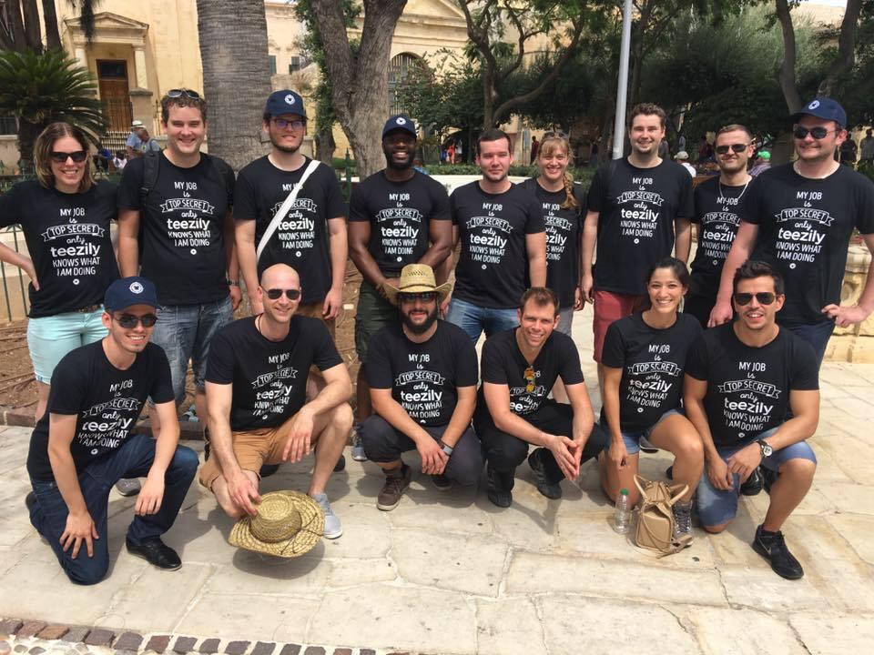 Sascha (der mit dem Hut in der Mitte unten) mit dem Teezily Team in Malta